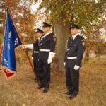 Nástup hasičů s historickým praporem u pomníku