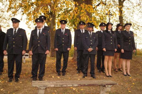 Nástup hasičů u pomníku